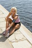 Kobieta młody sport rozciągnąć nogi przystani molo — Zdjęcie stockowe