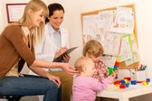 Pediatrician female observe children play activity — Stock Photo