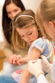 Child vaccination pediatrician apply injection — Photo