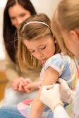 Pédiatre de vaccination enfant s'appliquent à injection — Photo
