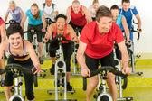 Spinning clase ejercicio del deporte en el gimnasio — Foto de Stock