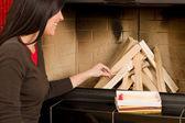 Donna di casa camino illuminazione su ceppi di legno — Foto Stock