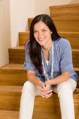 Thuis wonen gelukkig vrouw zitten op de trap — Stockfoto