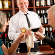 Weinstube altes Paar Barman pour Glas — Stockfoto