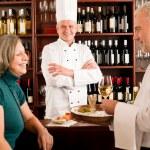 gérant de restaurant avec le personnel au bar à vin — Photo