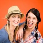 twee vrouw vrienden jonge gek glimlach — Stockfoto