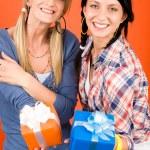 twee jonge vrouw vrienden houden partij presenteert — Stockfoto