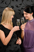 Mujer amigos fiesta vestido brindis champagne cristal — Foto de Stock