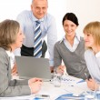 Business-Team-Meeting um den Tisch — Stockfoto