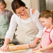 Young girl prepare apple pie with mother — Foto de Stock