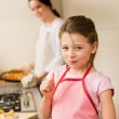 Young girl baking apple pie thumb up — Stock Photo