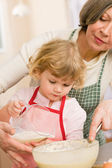 Grandmother and granddaughter baking cookies — Stock Photo