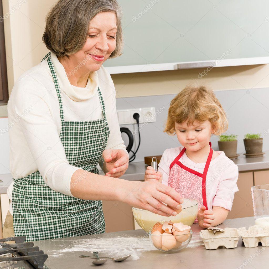 Старуха и внук на кухне 24 фотография