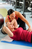 Exercício abdominal de mulher sênior no centro de fitness — Foto Stock