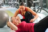 Senior vrouw oefening buik in het fitnesscentrum — Stockfoto