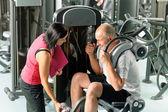 Homem maduro, exercitando com personal trainer — Foto Stock