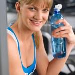 Femme souriante avec bouteille d'eau — Photo