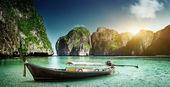 Boat on sand of Maya bay Phi phi island — Stock Photo