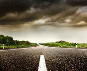 Strada e cielo nuvoloso — Foto Stock
