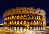 夜、ローマ、イタリアでコロッセオ — ストック写真