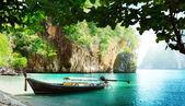 Barca lunga sull'isola in thailandia — Foto Stock