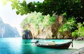 Long bateau sur l'île en thaïlande — Photo