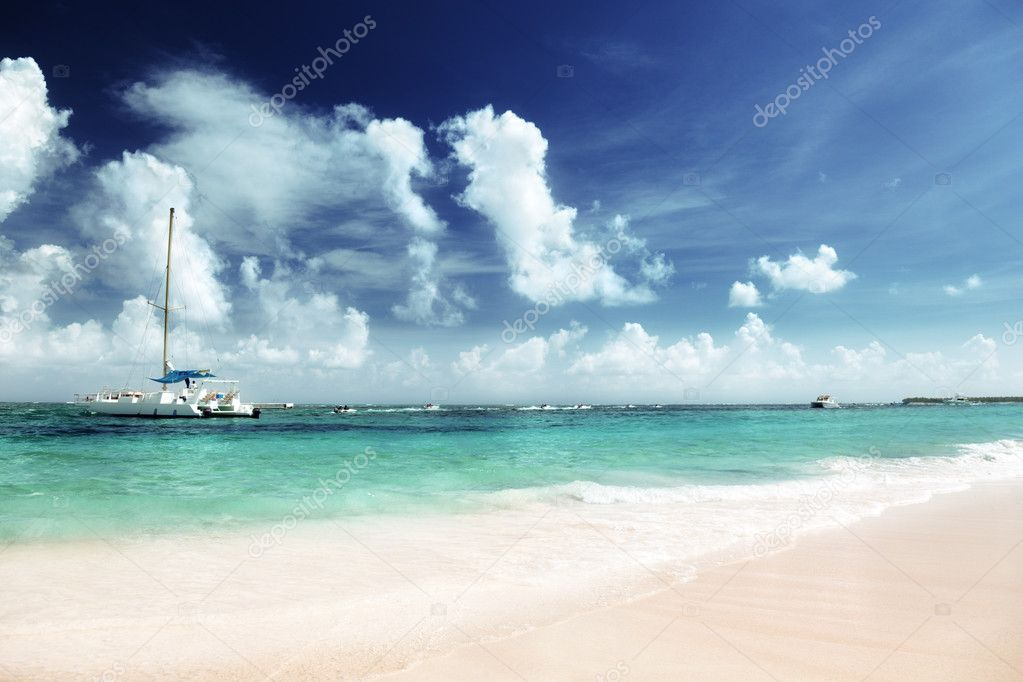 Caribbean sea and yacht — Stock Photo #9977669