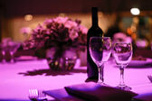Tavola decorata per una cena romantica per due. — Foto Stock