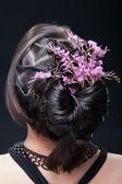 Peinado de noche con flores. — Foto de Stock