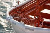 Łódź ratunkowa zbliżenie z liny nad morzem. — Zdjęcie stockowe