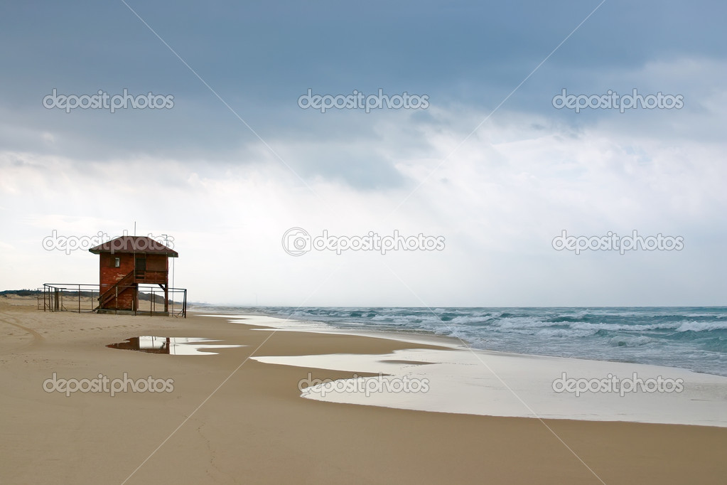 Empty beach with lifeguard house before the storm. Tel-Aviv Israel, Mediterranean Sea. — Stock Photo #10570795