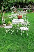 Blanco muebles de jardín en jardín. — Foto de Stock