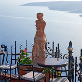 Santorini Greece, Statue of Aphrodite in outdoor cafe — Stock Photo