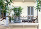 Старинные окна и балкон — Стоковое фото