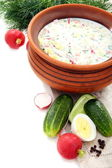 Preparação de uma sopa fria com kefir. — Foto Stock