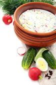Voorbereiding van een koude soep met kefir. — Stockfoto