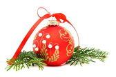 Christmas ball und ein kiefer-zweig. — Stockfoto