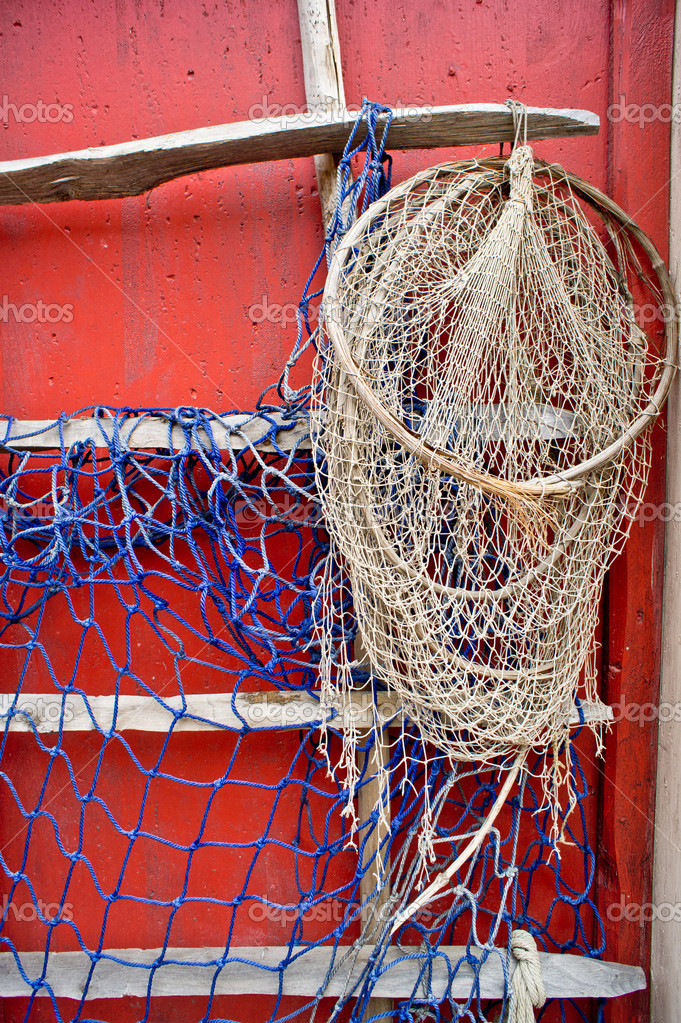 Fishing net on red wooden wall in scandinavian style — Stock Photo #9339511