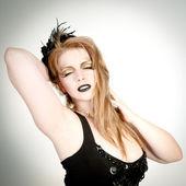 Zasněná žena v černých šatech — Stock fotografie