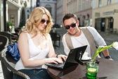 Pár při pohledu na laptop — Stock fotografie