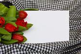 Tulipanes rojos con tarjeta en blanco — Foto de Stock