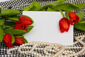 Red tulips with blank card — Стоковое фото