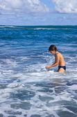 Menino apreciando o mar — Fotografia Stock