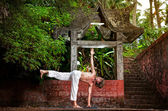 Yoga vicino tempio — Foto Stock