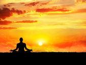 瑜伽冥想日落时 — 图库照片