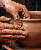 Mãos do oleiro, criando um pote de barro no círculo — Foto Stock