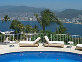 熱帯のビーチでホテルのプール — Stockfoto