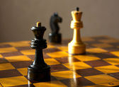 Black queen and white king on the chessboard — 图库照片
