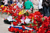 Flowers near the monument on victory day — Photo