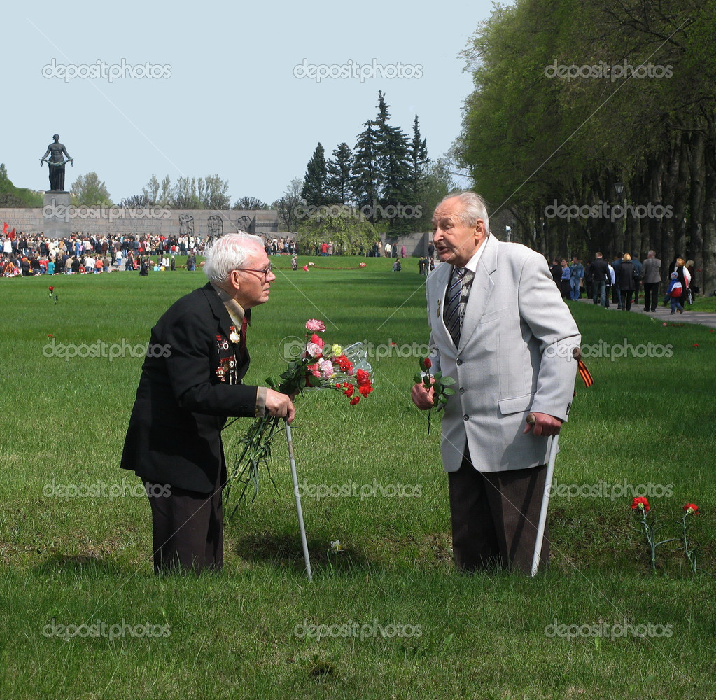 ST.PETERSBURG – MAY 9: Two veterans met at the Piskaryovskoye cemetery on May 9, 2009 in St.Petersburg. About 500,000 victims of the Nazi regime are buried there. — Stock Photo #10448870